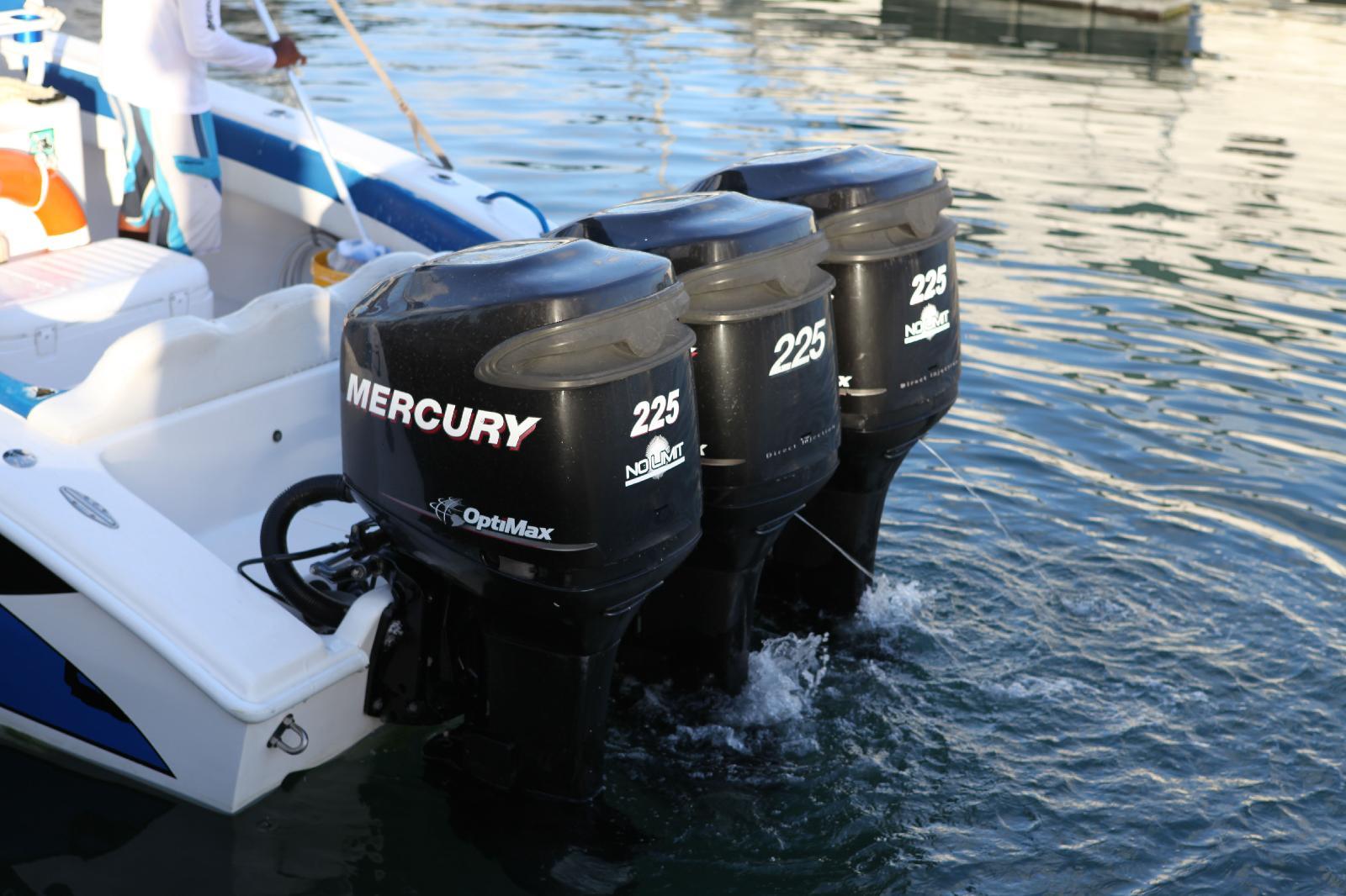 Photos de moteurs hors bord lors de mon voyage en guadeloupe for Housse moteur hors bord mercury